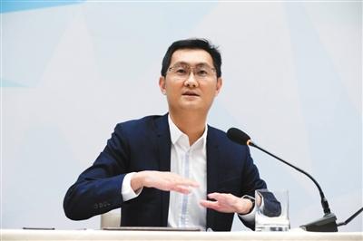 全国人大代表、腾讯公司董事会主席兼首席执行官马化腾在媒体见面会上发布他的建议。新京报记者 金彧 摄