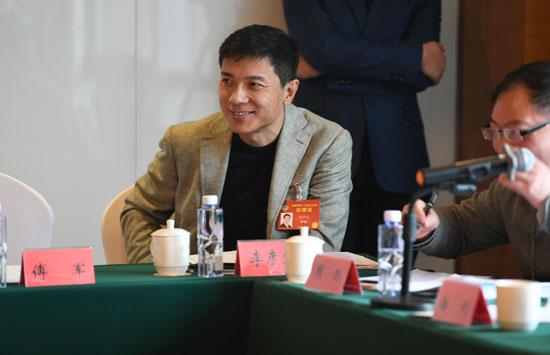 3月5日,李彦宏参加全国政协十二届五次会议小组讨论。视觉中国供图