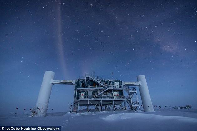 """设在南极的""""冰立方""""中微子观测站"""