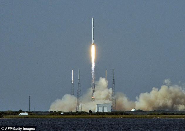 冷原子实验室由NASA的喷气动力实验室研发,现在已经进入最后的组装阶段。根据计划,这一装置将在8月份由SpaceX公司的CRS-12龙飞船送往国际空间站。图中是携带无人龙飞船的猎鹰9号火箭。