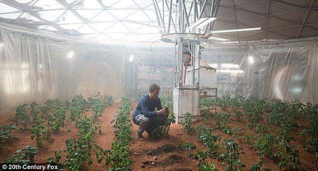 在电影《火星救援》中,由马特·达蒙扮演的男主角在特制的半球形大棚内种植马铃薯,在里面他不必穿着太空服。