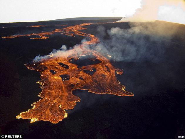 这些火山纵横约2千英里(约合3200公里),横跨加拿大与格陵兰岛。它们接二连三地爆发,与如今夏威夷和冰岛的情况如出一辙。