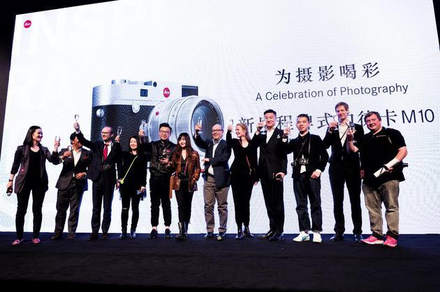 品牌高层和摄影师共同为本次摄影展举杯