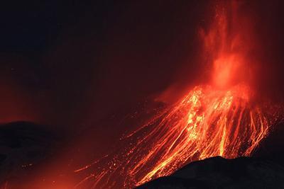 英纪录片团队遭遇埃特纳火山喷发险境逃生