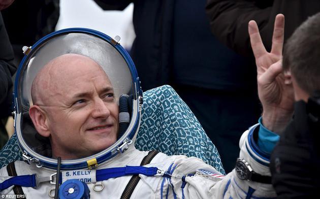 宇航员斯科特·凯利(如图)和米哈伊尔·科尔尼延科在国际空间站上生活了一年时间,于2016年3月返回地球。