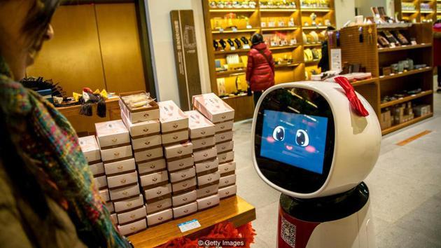 """随着人工智能的发展,机器人可以胜任更加复杂的工作。例如,日本的一家商店采用了机器人""""导购""""。"""