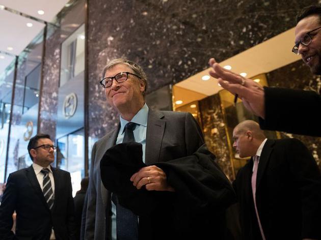 2016年12月,比尔·盖茨会见特朗普后,离开特朗普大楼。