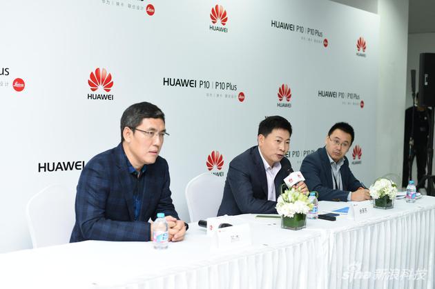 华为消费者业务CEO余承东(中)和云服务主管苏杰(左)