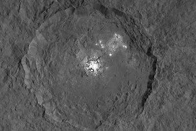 谷神星神秘亮斑之谜:奇特轴向倾斜使坑穴保存水冰