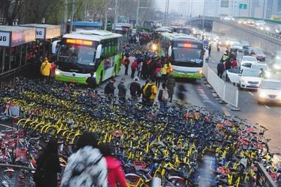 """23日,北京,位于大望桥东侧的公交车站被上千辆共享单车""""围困""""。图/视觉中国"""