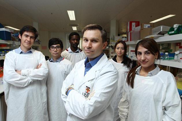 大卫·辛克莱尔教授(前中)和他的研究团队。对该药物的人体试验将在六个月内开始。
