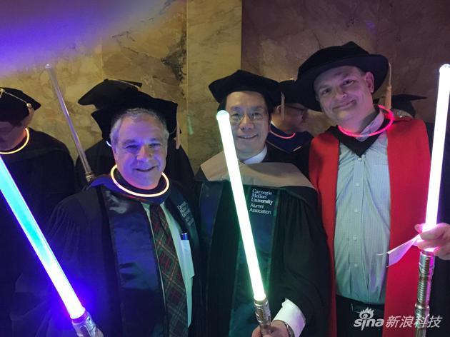 2015年,创新工场CEO李开复获得卡耐基梅隆大学授予荣誉博士毕业前,与安德鲁·摩尔(右一)的合影。