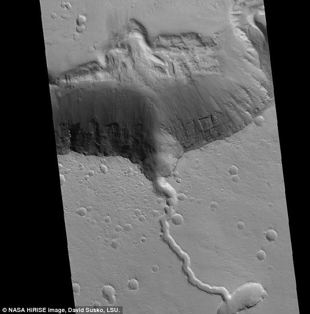 埃律西昂火山区看起来就像一条巨大的黄貂鱼。这是火星上最年轻的火山区,也是仅次于奥林帕斯山的第二大火山,高度相当于地球珠穆朗玛峰的两倍,约为16千米。