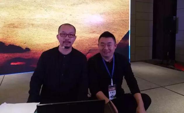袁炳松(右)和他的幕僚长(左)