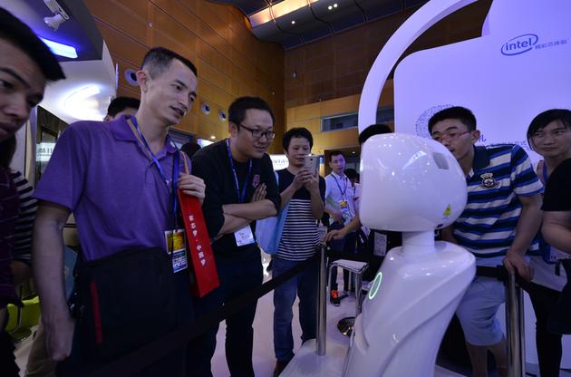 观众与英特尔机器人互动