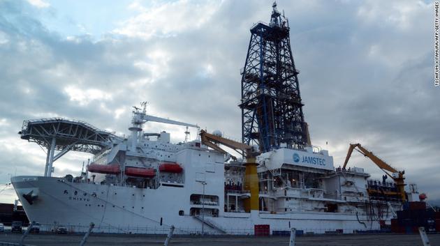 """日本的深海钻探船""""地球号"""",图片拍摄于2013年9月"""