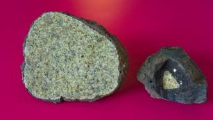 橄榄岩(如图)被认为是地幔的组成成分之一