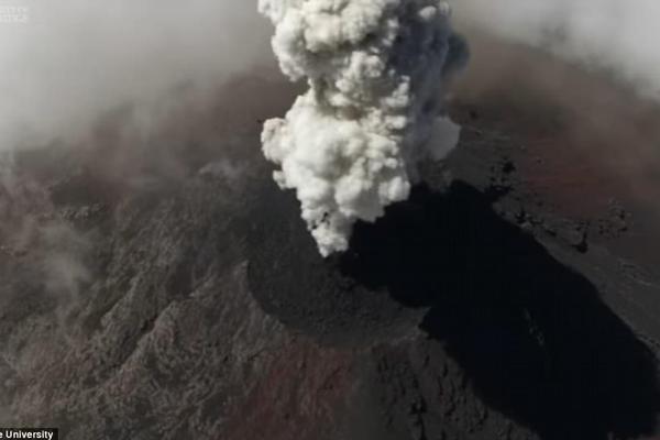 无人机拍摄危地马拉火山喷发:每小时喷发数次