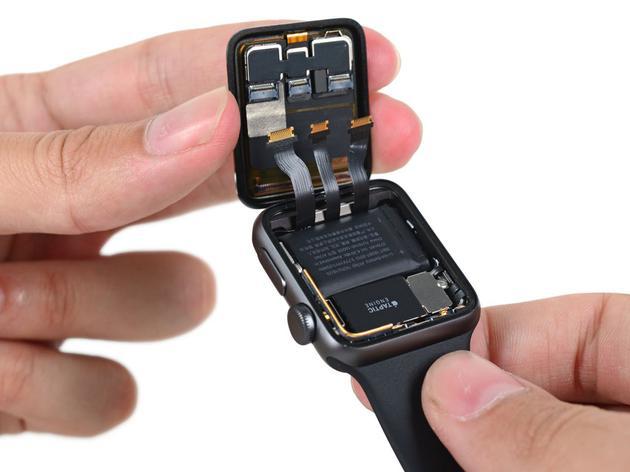 (在 Apple Watch 上,蘋果已經實現了感測器隱藏在 OLED 屏幕下方)