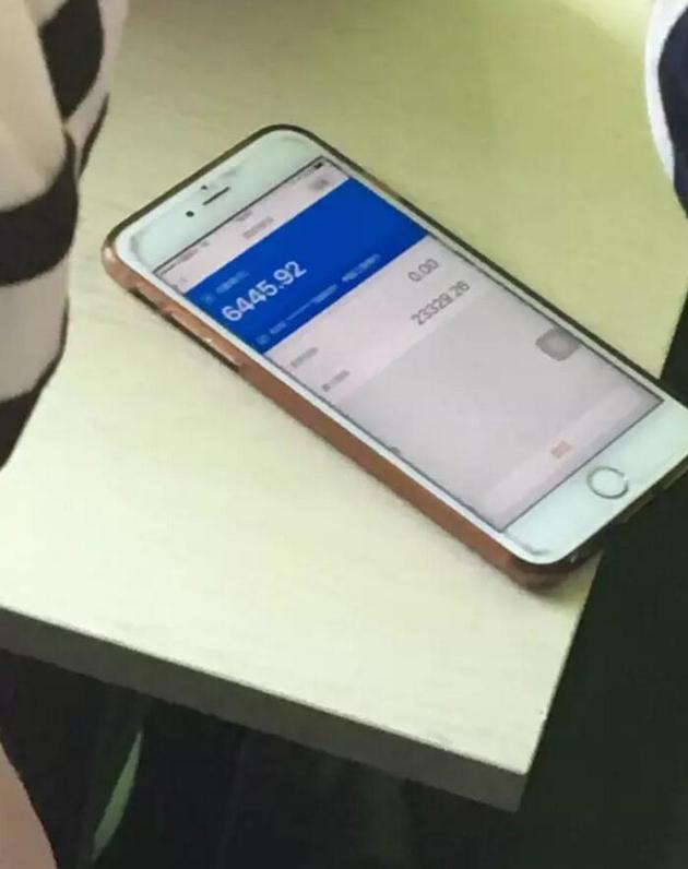 一位易到车主的手机上,显示客户端中还有数千元没有提现。杨砺/摄