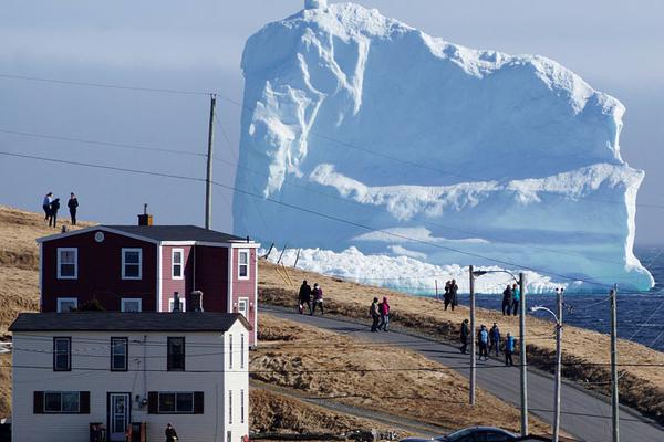 一夜醒来发现一座冰山飘到家门口:北极一路飘到加拿大