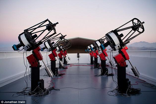 """这项发现最初是由美国哈佛大学利用南美洲智利境内名为""""MEarth""""的8台自动望远镜观测完成的。MEarth是一个旨在搜寻系外行星的自动化望远镜系统,其主要做法是对距离较近范围内的低质量M型红矮星进行观测"""