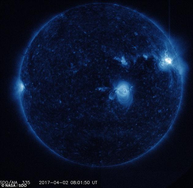 2017年4月初,太阳出现了3次强烈的辐射爆发,导致世界许多地区出现了无线电中断。NASA近日发布了太阳动力学天文台拍摄的一组图片,展示了这三次太阳耀斑事件发生时的情形