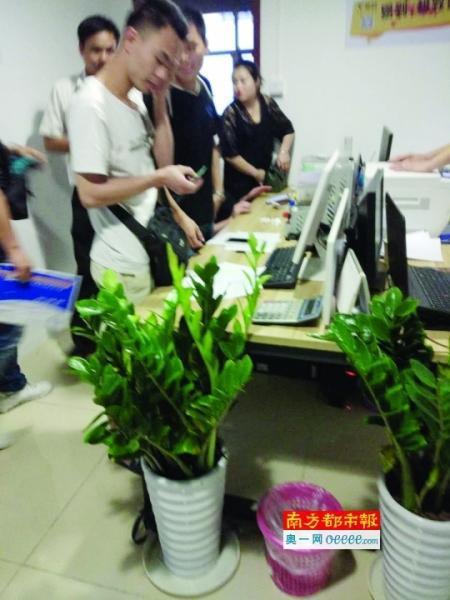 昨天,在易到广州总部办公室,仍有新司机前往注册。南都记者 蔡辉 摄