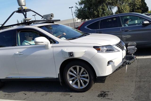工作人员正在测试苹果自动驾驶汽车