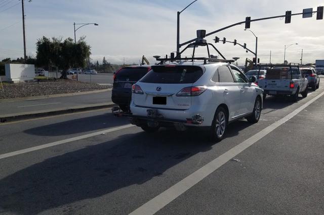 白色雷克萨斯RX450h SUV是本次的测试车