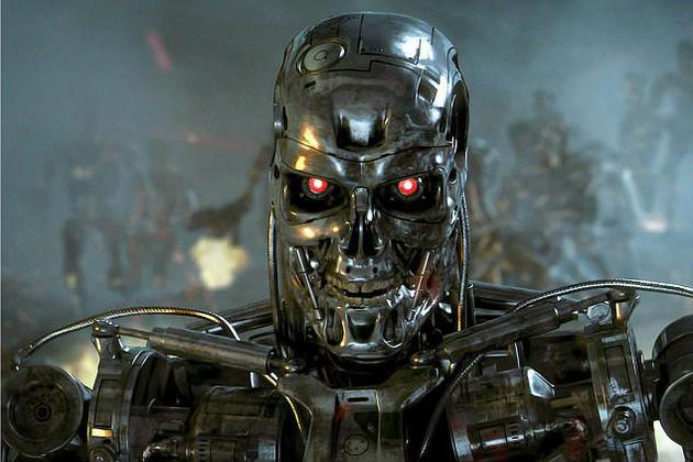 """终结者:创世纪》电影剧照。在近日开幕的""""TED2017""""大会上,计算机专家斯图尔特-拉塞尔再次发出警告称,人类制造出的事物(人工智能)将可能进化得比人类更聪明。人类必须要在机器人内部预置不确定性,以防备它们的背叛。"""