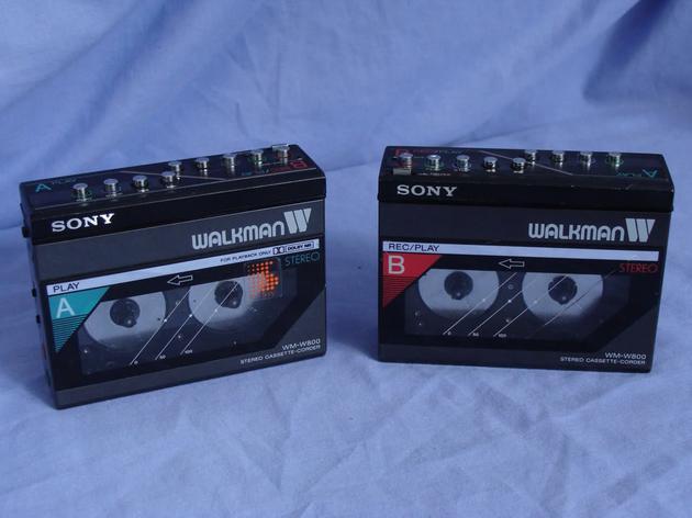 (1985 年,首款采取双卡座的机型,可同时放入两盒磁带,图自:stereo)