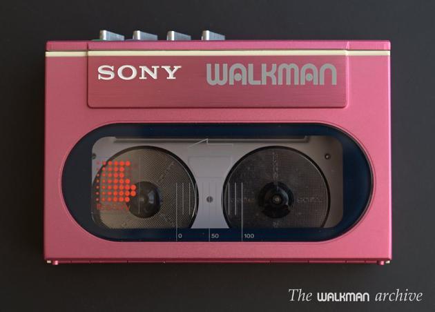 (1983 年,只有磁带盒大小的一款 Walkman,图自:walkman-archive)
