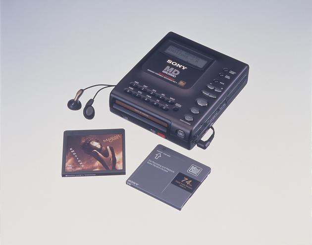 (1992 年,首款支持 MD( Mini-Disc)格式的机型)