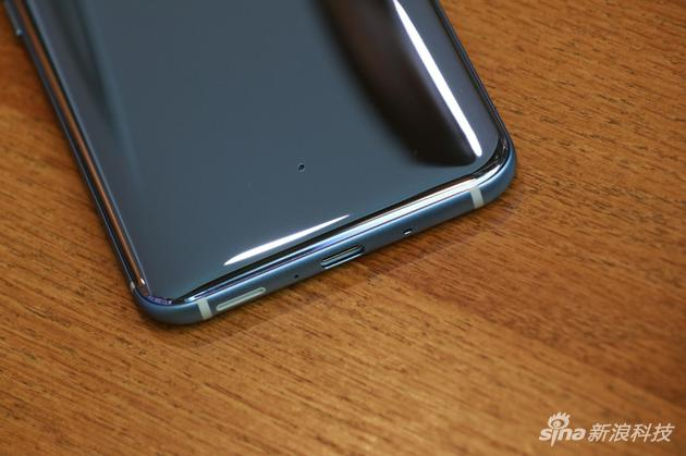 手机背面的小孔;这么看有点银色的意思了