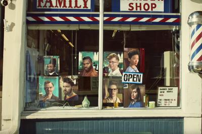 苹果创意广告:理发师咔嚓剪发 iPhone咔嚓拍照