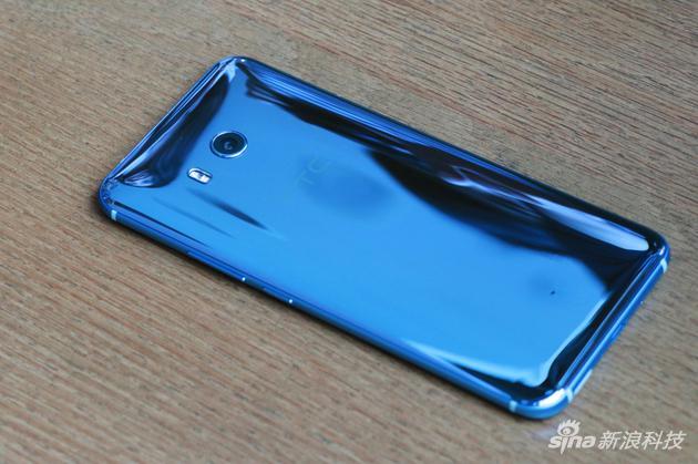 HTC U11背面的3D玻璃