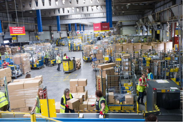 西班牙邮政的仓库里工作人员正在分拣来自中国卖家的包裹