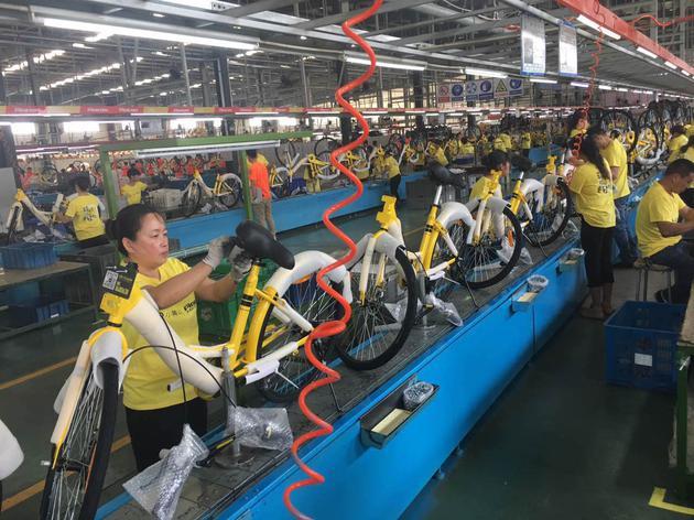 ofo生产车间,数百名工人在组装单车。