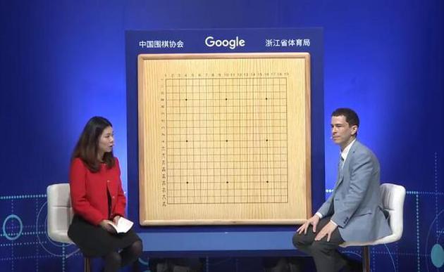 麦克雷蒙和职业女棋手殷明明现场进行官方解说
