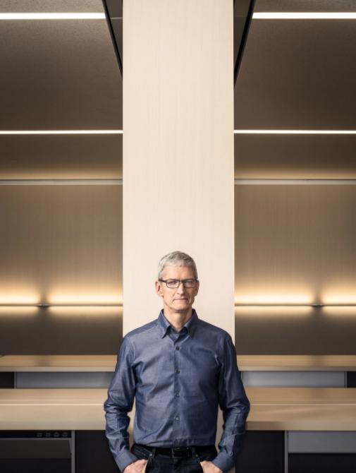 苹果现任CEO蒂姆·库克站在一个舱前