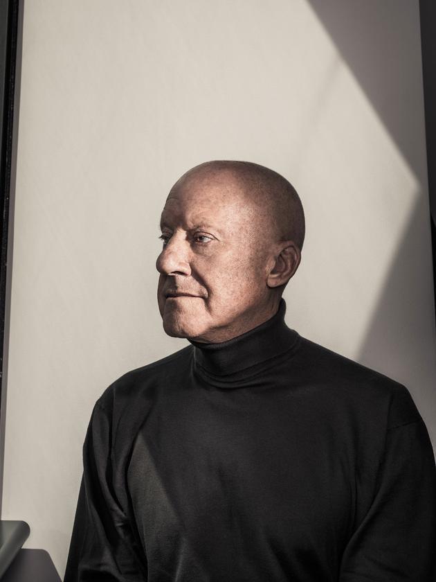 """诺曼·福斯特是""""苹果园""""的建筑师之一,投入这个项目的人手最多时高达250人。"""