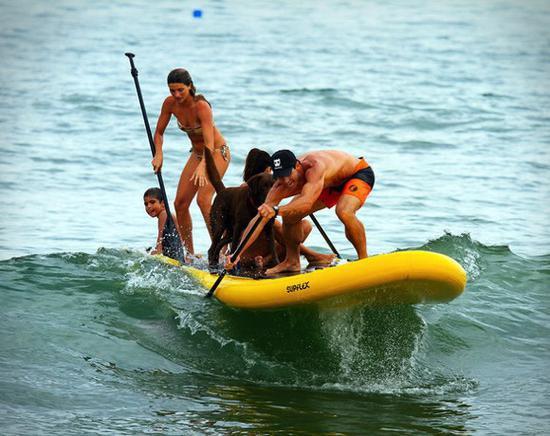 """快乐怎能独享?来一套""""黑洞级""""冲浪板吧"""