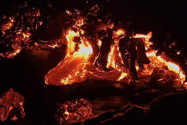 延时摄影展现夏威夷火山岩浆喷发盛况:似褶皱大象皮肤