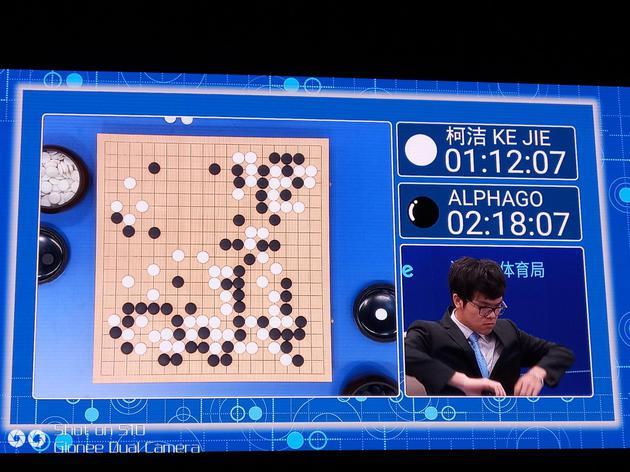 柯洁与AlphaGo的第二局比赛柯洁在中盘主动