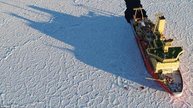 一支南极科考队上周在罗斯海(Ross Sea)地区遇到了一大片诡异的、龙皮状的冰面