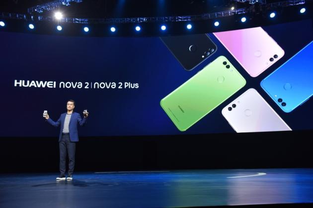 HUAWEI nova 2系列共推出曜石黑、流光金、玫瑰金、极光蓝、草木绿五种颜色