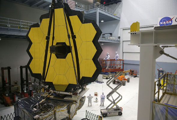 图中是工作人员正在建造詹姆斯__韦伯太空望远镜。