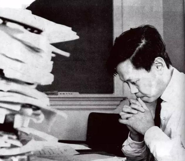 1949年,杨振宁进入普林斯顿高等研究院做博士后研究。