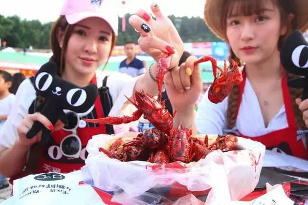 2016年06月13日,江苏省淮安市,网络美女主播现身龙虾宴,线上直播吃龙虾。图/CFP